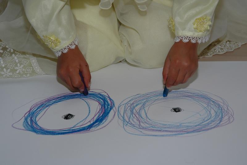 Wazma tegner cirkler med begge hænder
