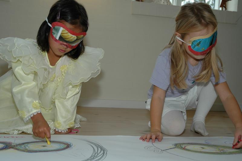 Wazma og Nanna bruger papir masker