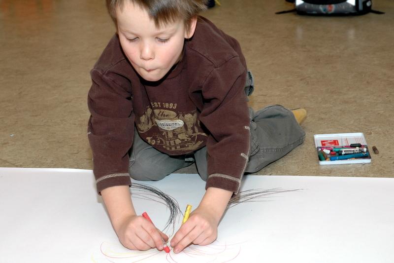Daniel tegner lava udbrud i sin vulkan