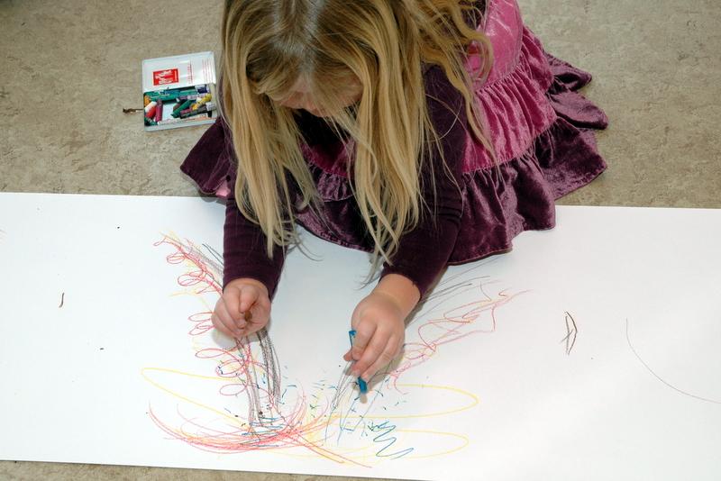 Josefine tegner regndråber på sin vulkan